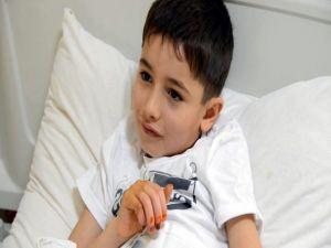 Afganistanlı küçük Samir'in elleri donma sebebiyle kesilmekten kurtuldu
