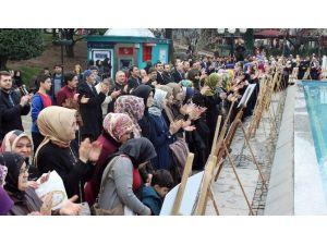 Bursa'da Yüzlerce Kişi 28 Şubat'ı El Ele Tutuşarak Protesto Etti