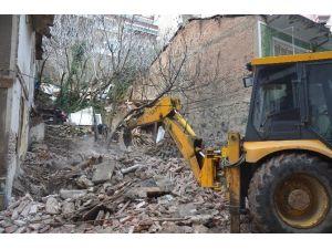 Gemlik'te Metruk Binalar Yıkılıyor