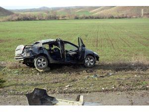 Otomobil Tahta Elektrik Direğini Kırarak Zor Durabildi