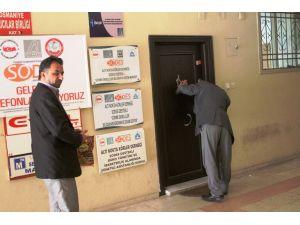 Altı Nokta Körler Derneği çalışanı üyelerin üstüne kapıyı kilitledi