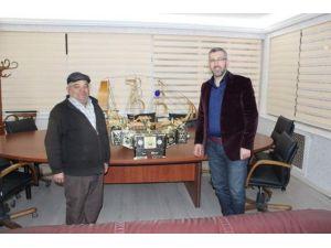 Başkan Güler'den İlçenin TEK Ayakkabı Boyacısına Sandık Hediyesi
