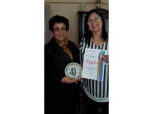 Azerbaycan Şairler Meclisi İçtimai Birliği'nden Şair Minever Sezer'e Fahri Diploma 