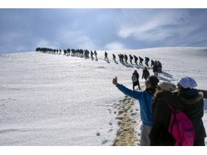Yüzlerce Üniversite Öğrencisi Zigana Dağı'nda Stres Attı