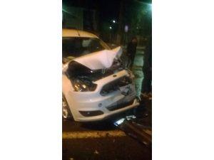 Minibüs İle Hafif Ticari Araç Çarpıştı: 2 Yaralı