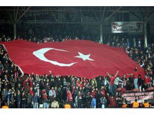 """Gaziantepspor Ve Galatasaray Taraftarlarından """"Şehitler Ölmez"""" Tezahüratı"""