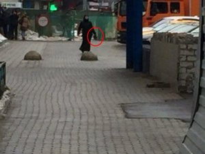 Moskova'da Siyahlı Kadın, Kesik Çocuk Başıyla Sokakta Görüldü