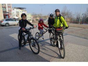Bir Bisiklette Üç Kişi...dolmuş Gibi Bisiklet...
