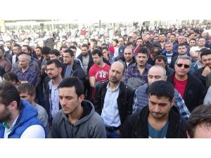 İşten Çıkarılan 10 Fabrika İşçisi İçin Yüzlerce Kişi Toplandı