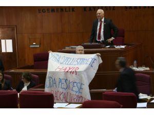 Meclis kürsüsünde konuşma rekoru kıran vekilden 'su protestosu'