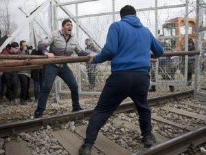 Yunanistan'da bekleyen mülteciler sınırı 'yıkıp geçti'