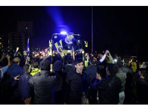 Fenerbahçe takım otobüsü Samandıra'da coşkuyla karşılandı