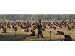 Hindistan'da askeri sınava iç çamaşırla girdiler