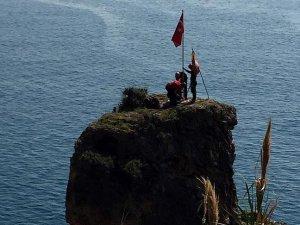 Antalya'da tırmanışçılar kayalık zirvesindeki bayrağı yeniledi