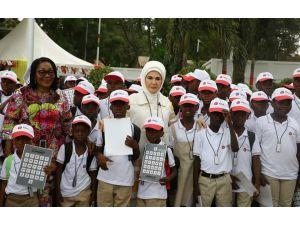 Emine Erdoğan Gana'da engelli çocuklara işitme cihazı dağıttı