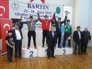 Güreşçiler Madalyalarını AK Parti Heyetinden Aldı