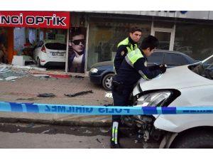 Yayaya Çarpan Kadın Sürücü Otomobille Optik Dükkanına Girdi