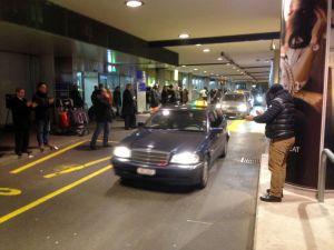 Cenevreli taksiciler havaalanında iş bırakma eylemi yaptı