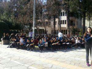 Lise öğrencileri Sınırsızlık Meydanı'nda bir saat kitap okudu