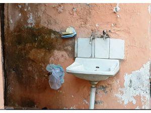 Hırsızlar girdikleri evde bir şey bulamayınca su sayacını çaldı