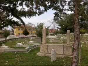 Üç tarafı mezarlıkla çevrili okulda eğitim görüyorlar
