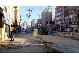 Yüksekova'da polis şehir merkezindeki araçları kaldırdı