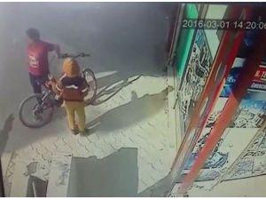 Küçük Hırsız Kameralara Yakalandı