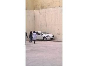 Otomobil Okul Bahçesine Uçtu: 1 Yaralı