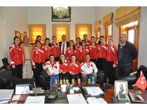 Ayvalıkta 3. Lig Yolundaki Filenin Sultanlarına Başkan Gençer Dopingi