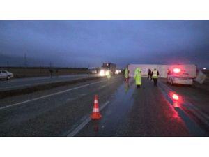 Tır Otomobili Altına Aldı: 1 Ölü, 2 Yaralı