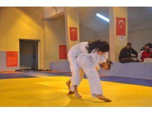 Adana'da Okullarası Yıldızlar Judo Müsabakaları Tamamlandı