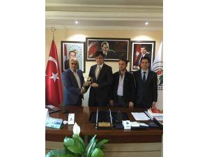 Sincikspor'dan Başkan Korkut'a Plaket
