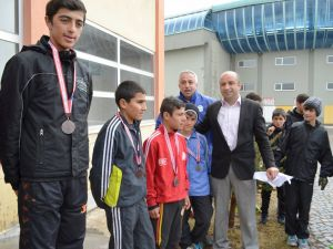 Minik atletler, madalya almak için kıyasıya yarıştı