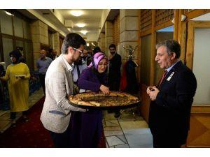 AK Parti'li Vekilden Gazetecilere Afyon Böreği İkramı