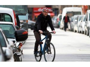 Elleri Cebinde Bisikletle Polise Yakalandı, Ceza Yedi