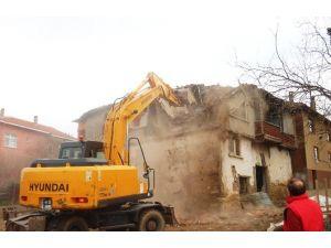 İzmit Belediyesi Ekipleri Arızlı'da Ki Harabe Evi Yıktı