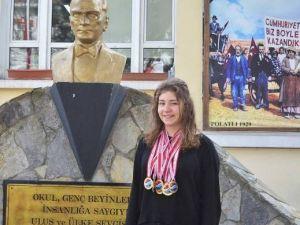 Paletli Yüzmenin Altın Kızı, Rekorları Altüst Etti