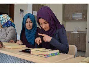 İşitme Engelli Kadınlara Kuran Öğretebilmek İçin İşaret Dili Öğrendi