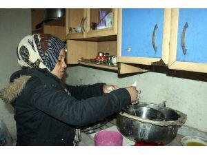Suriyeli Kadın Dilenerek Çocuklarına Bakıyor