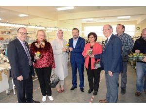 Başkan Doğan'dan Bizimköy'deki Kadınlara Çiçek
