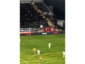 Akhisar-Fenerbahçe maçında Türk bayrağına sprey boya ile 'Ultras' yazıldı