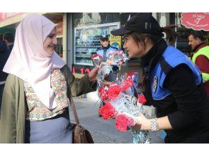 Elazığ Polisinden Kadınlara Karanfil