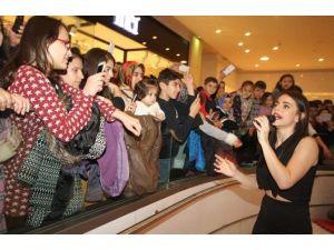 Sempatik Şarkıcı, Minik Hayranlarının Akınına Uğradı