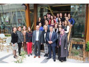 Gazi'den Bayan Öğretmenlere Jest
