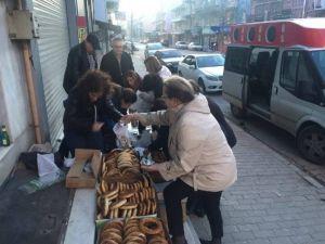 CHP Uşak İl Örgütü, Çalışan Kadınlara Simit, Peynir Ve Şal Dağıttı