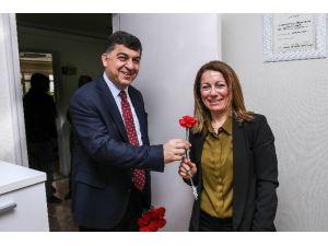 Belediye Başkanı Fadıloğlu Karanfil Dağıttı