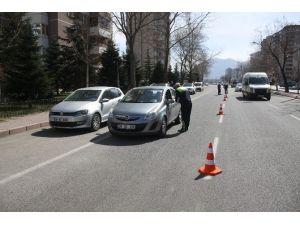 Trafik Denetlemesi Sandılar, Karanfili Görünce Şaşırdılar