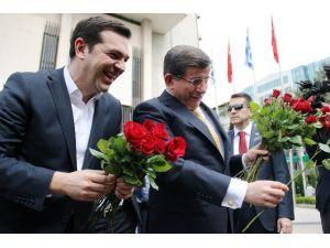 Başbakan Davutoğlu İle Çipras Kadınlara Gül Verdi