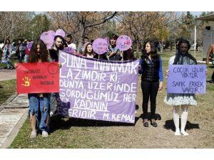 Mor Yüz, Yırtık Kıyafetli Ve Çocuk Gelinli Kadınlar Günü Kutlaması