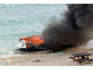 Didim'de 5 Metrelik Tekne Kıyıda Yandı